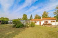 Une belle propriété au calme, proche des commodités, avec une grande piscine couverte, 3 chambres, garage et grand terrain clos et arboré.