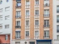 75013, en exclusivé rue du Moulinet, appartement traversant de 2 pièces (T2) offrant 40m2 (voir plan, visites virtuelles 360 et vidéo) bien distribué au 1er étage d'une petite copropriété Art Déco à taille humaine de 1927, au pied de la Butte aux Cailles, au coeur de ce quartier inattendu qui bouge et continu de se réinventer.