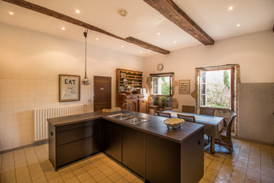 Stunning and beautifully renovated country home with plenty of character, 4 bedrooms (each with en-suite bathroom), 2-bedroom guest cottage, barn, swimming pool and park of just under 1 ha