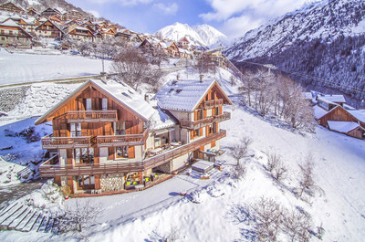 EXCLUSIVE - Captivating chalet in Vaujany with spectacular 360 degree mountain and valley views. Beautifully designed 10 bedroom standalone chalet, situated within walking distance of ski lifts linking you effortlessly into the vast Alpe d'Huez ski domain. VIRTUAL VISIT ON REQUEST