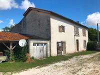 Cette maison partiellement rénovée et habitable, avec le prix demandé correspondant, est située dans un joli village, entouré par les vignobles de la région de Cognac.