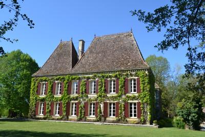 Un château Napoléon III, avec un superbe parc, et vraiment accueillant.