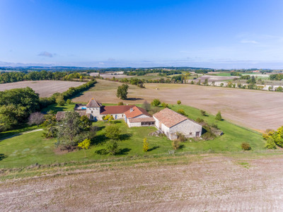 Beautiful and elegant COUNTRY MANOIR, beautifully renovated, 7 bedrooms, new heated salt pool ,2 barns, secluded location with breath-taking views.