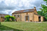Périgord Noir. Belle propriété - maison et diverses dépendances en pierre au milieu de dix hectares.