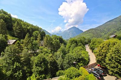 Magnifique château alpin de 537m2 comprenant 9 appartements individuels bien aménagés. La propriété dispose également d'un beau salon voûté et d'une salle à manger spacieuse avec cheminée. La propriété se trouve sur un jardin privé de 6780m2 avec garage et annexe et un grand parking pour 12 véhicules. Situé dans le village alpin traditionnel d'Oz-en-Oisans dans le domaine skiable de l'Alpe d'Huez Grande Rousses.