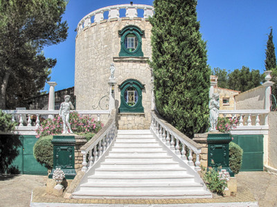 Classic Romanesque-style hilltop villa with majestic views over Provence. 6 bedrooms plus private 1 bed cottage. Magnificent family home with huge letting potential. Superb pool area. More construction land available. 15 km from Saint-Rémy-de-Provence.