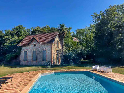 BEST DEAL: Only 35' from TOULOUSE– Magnificent and tastefully renovated 19th century chateau surrounded by 27 acres park and woodland, with original features, pool and view on the Pyrenees mountains ...