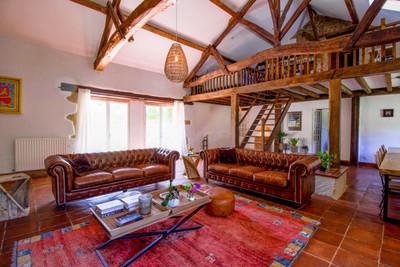Domaine de charme avec manoir en pierre, gîtes, chambres d'hôtes et piscine chauffée sur 3ha de terrain.