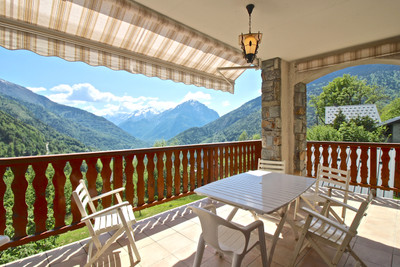 Unique opportunity to invest in a superb 6 bedroom modern mountain property with fantastic views. Ideally located for winter snow-sports and summer cycling activities. Would make a superb private residence or B&B. Hamlet of Le Perrier 3km from Vaujany centre and the main cable car to Alpe d'Huez. 272m2 habitable + 138m2 Annexe, terrace, garage, & cellars.