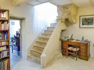 Light and airy maison de maitre offering spacious reception rooms, 5 bedrooms and outbuildings. Bordeaux 70km.