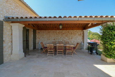 Stunning stone house in high standards (150 m²) with magnificent views over countryside, 4 bedrooms, 3 bathrooms, garage, terrace, private garden with swimming pool near charming village with bakery and restaurant, 10 min. from Uzès.