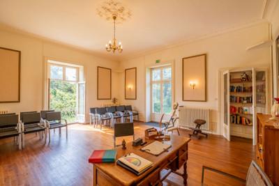 Magnifique château du 19ème siècle avec de nombreuses salles de réception spacieuses, 18 chambres et 17 salles de bain. Dans des jardins clos sur 2 hectares. Beaux volumes avec hauts plafonds et grandes portes et fenêtres.
