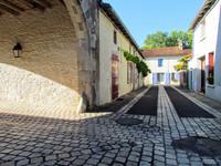 Magnifique petit pied à terre à proximité de toutes les commodités que ce charmant village a à offrir.