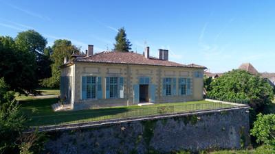 Un magnifique château bordelais sur les collines surplombant la vallée du  Garonne et le Canal du Midi.