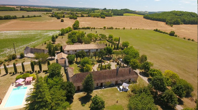 Dordogne - Magnificent country estate, exquisitely renovated offering extensive possibilities!  An imposing manor house, a beautiful stone chartreuse, a dovecote and a heated pool.  All have been recently renovated to offer luxurious living accommodation set in grounds of 8.8 hectares. 12 minutes from Bergerac airport.