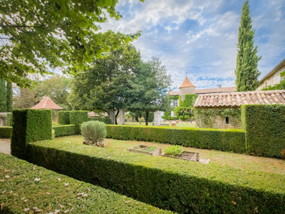 Located in the heart of a charming village with shops, less than 20 minutes from Angoulême, this magnificent property has been superbly renovated.  Large guest house and pool, walled garden, outbuildings pigeonnier and incredibly versatile.