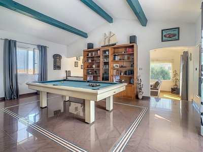 Exceptional VILLA with independent apartment, pool, garages. Near Mediterranean coast and fabulous beaches.