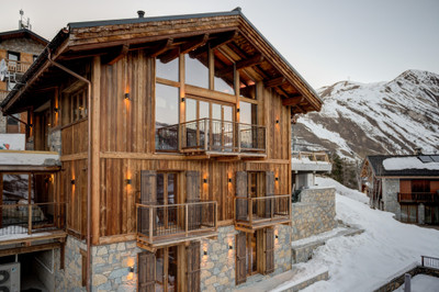 Luxury new-build ski chalet with 6 bedrooms and state-of-the art finishes for sale, offering stunning views of the Belleville Valley from its location in Saint Martin's scenic hamlet, Le Chatelard- 3 Valleys. Exclusive to the Leggett website, don't miss the 360° virtual tour.