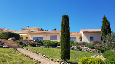Close to Saint Chinian, breath-taking setting for this amazing country home with pool, artist studio and equestrian facilities as well as a splendid sea view. Possible gite