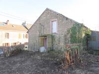 Une petite maison à rénover dans un hameau à 4 km d'un village avec école et commodités.