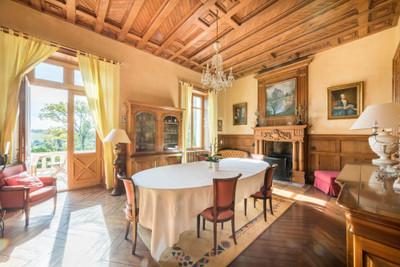 Belle demeure bourgeoise, bureaux et écuries, situé dans un parc avec vue imprenable sur la Gâtine.