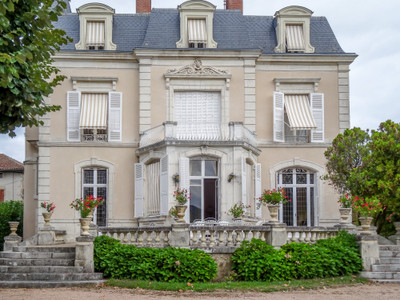 UNIQUE: Grand neoclassical period property  with stained glass windows offering 430 m² of quality living space,with two lounges, dining room, study, fitted kitchen, seven bedrooms, five bathrooms, games room, office. Cellar, attic and garden of 3000 m² with in ground swimming pool.