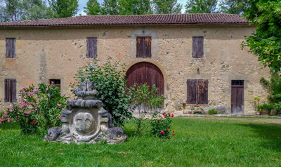 Charming Bordeaux vineyard estate for sale, located in AOC Entre-Deux-Mers and AOC Bordeaux Supérieur, with farm buildings and wine production equipment necessary for the viticulture.