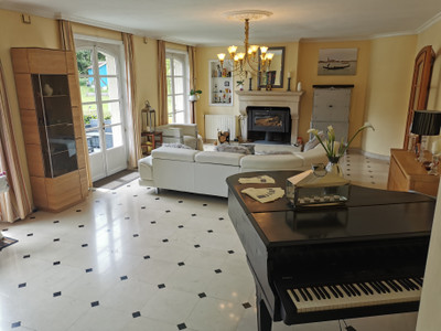 Beautiful family house with 6 bedrooms, a heated pool and a wonderful garden. Potential for bed and breakfast