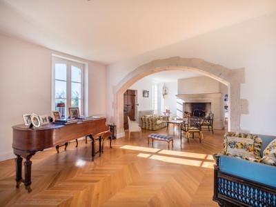 Château Renaissance au coeur du Gers. En totale 7 chambres avec 2 pièces médiévales de tour, salon et salles à manger avec de grandes cheminées ouvertes et de la maçonnerie ornée. De plus, la spacieuse maison en pierre et une piscine plus grande que la moyenne entourée d'un paysage époustouflant..