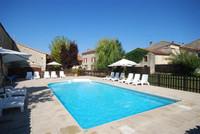 PRIX INTERESSANT. Maison de 3 chambres avec piscine en copropriété. Cour privée  bien entretenue.