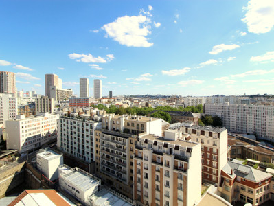 75013 Gobelins area. Breathtaking views from this sunny 4-room apartment of 97m2, in need of renovation.