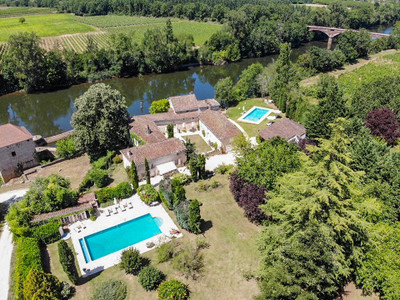 Exceptional property on the river Lot, with main house, 3 gites, 2 swimming pools and a tennis court in park gardens of 1.2 ha.