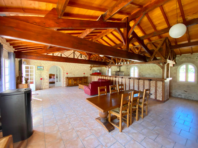 Beautiful set of 3 fully-renovated houses with 6 flats and 3 swimming pools, large outbuilding with 30 boxes