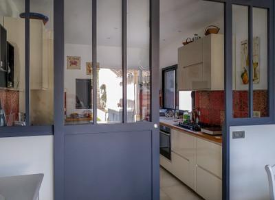 Maison d'architecte, 3 suites dont une en rez de jardin, couloir de nage, garage 3 voitures, terrain clos