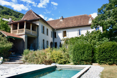Magnifique manoir du XVIe siècle rénové, avec 19 pièces, piscine et dépendance.
