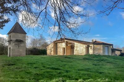 DOMAINE D AGREMENT SUR 19 HECTARES : château + maison d'hôtes piscine plan d'eau et diverses annexes