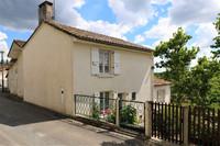 Propriété de village de caractère en Charente avec jardin et petite maison à rénover.