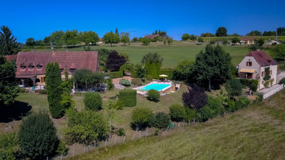 Magnificent character property, consisting of 2 houses with infinity pool and beautiful view over the Périgord Noir countryside . Quiet location but not isolated. Beautiful fenced garden of 3000 m².