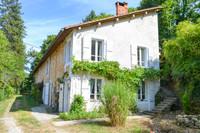 Au bout d'un chemin bordé d'arbres, à la limite du village pittoresque de Nanteuil-en-Vallée, se trouve cette jolie petite maison. Beuacoup de potentiel.
