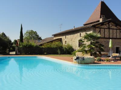 Magnifique Château situé dans une belle région du Sud-Ouest de la France, en plein coeur d'un paysage magnifique.