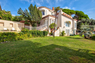Stunning 350m2 villa in an exceptional location in the exclusive Cap de Nice / Mont Boron neighbourhood with 6 bedrooms, a 1413m2 flat garden, breathtaking sea view, pool and space for six cars - rare find!