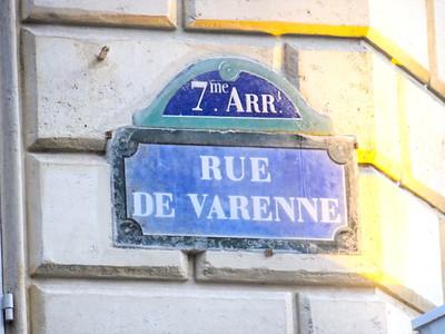 75007. Varenne/Invalides, 2P Haussmannien d'angle, rénové, 70m2, exposé S/E, RdC. Idéal profession libérale