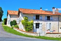 Très belle maison de 4 chambres avec piscine et jardin gérable, dans un village avec bar-restaurant.