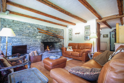 Rare and beautiful 4 bedroom, 10 beds duplex apartment in Courchevel Moriond, 3 valleys. Next to the slopes and South facing.