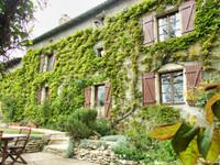 Exceptionnellement belle propriété de caractère située dans un village populaire avec une vue magnifique