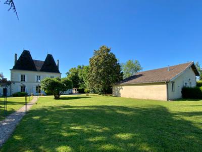 Grand manoir en bord de rivière avec maison d'amis et piscine sur grand terrain d'1 hectare.