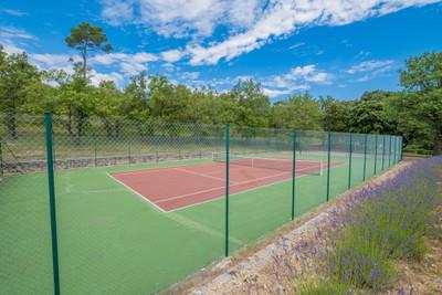 Bastide en pierre exceptionnelle et domaine de 98 hectares au coeur de la Provence, entièrement privé, rarement disponible.