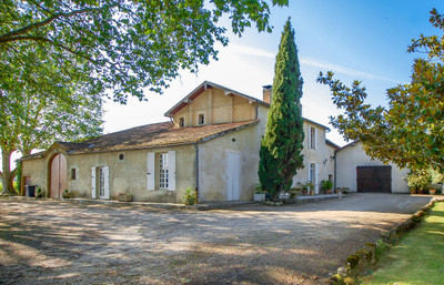 Lovely property of 20 hectares with 15 hectares of vine under Côtes de Bordeaux AOC - Vineyard with interesting potential for improvement (sleeping beauty).