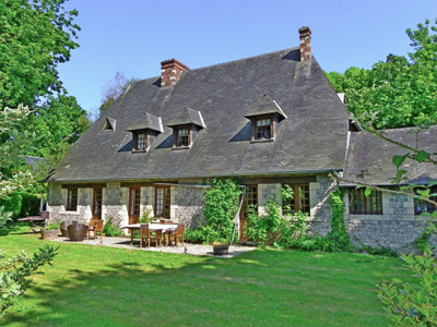 Restored 16th century Norman manoir with its guest house in a splendid setting close to the sea.