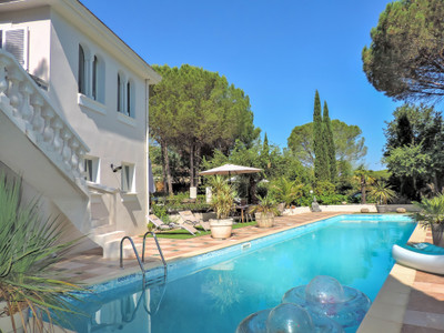 Superb classic villa with pool spacious living close to village